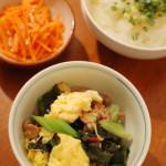 豚肉とわかめの卵炒め、白菜と春雨のスープ。