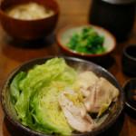 キャベツと鶏のしょうが蒸し、菜の花の辛子和え献立。