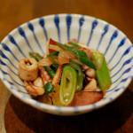 イカゲソ黒七味炒め、キャベツと人参の温サラダ献立。