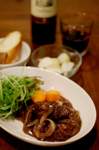 牛肉の赤ワイン煮込み、蕪のトリュフ風味サラダ