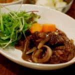 牛肉の赤ワイン煮、蕪のトリュフ風味温サラダでワイン。