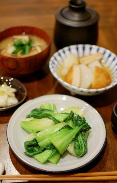 青梗菜の塩炒め、大根とさつま揚げの煮もので晩酌