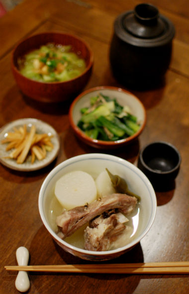 スペアリブと大根の塩煮、キャベツと揚げ玉の味噌汁。