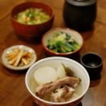 スペアリブと大根の塩煮、キャベツと揚げ玉の味噌汁で家飲み。