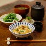 たぬき豆腐の卵とじ、なめことわかめの味噌汁献立。