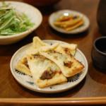 油揚げの蕗味噌チーズ焼き、豆腐と小松菜のすまし汁。