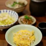 玉ねぎと卵の炒めもの、煮こごりで家飲み。