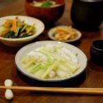イカとセロリのネギ塩炒め、小松菜とにんじんのオイル蒸し。