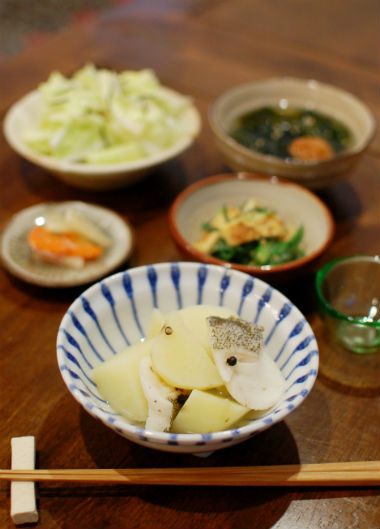 たらと新じゃがの塩煮、小葱の酢味噌和え献立。