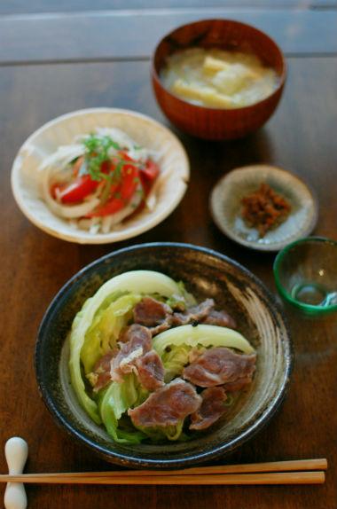塩豚とキャベツの蒸し煮、新玉ねぎとトマトのサラダ献立。