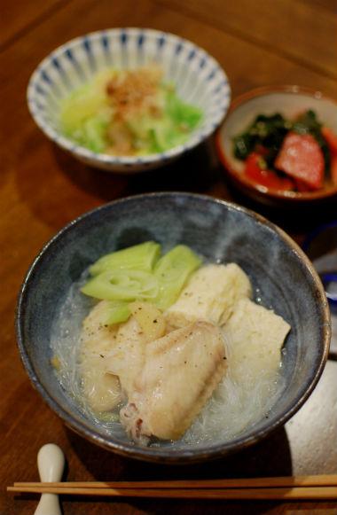 凍り豆腐と手羽先の煮もの、トマトとわかめのナムル献立。