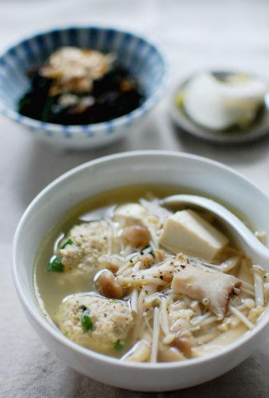 鶏団子ときのこスープ、ふだん草のおひたし献立。