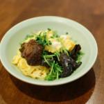 きくらげと豆苗の卵炒め、レタスと海苔のサラダで晩酌。