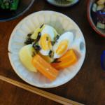 じゃがいもとゆで卵のサラダ、蒸しなすの梅和え献立。