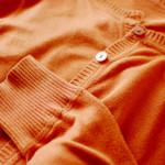 似合う色と好きな色、橙色のカーディガン、赤パンツ。