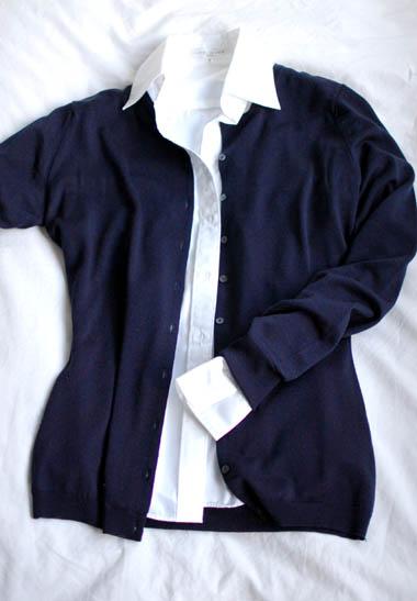 白シャツとカーディガンコーデ