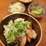 秋鮭とキャベツのしょうが蒸し、なめこ豆腐 一人晩酌 12/8。