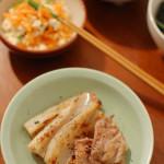 蓮根と豚肉の塩焼き、茹でキャベツの生姜だれ。