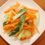 家飲み献立 2/26 にんじんと青梗菜の炒め物、三つ葉と葱のサラダ。