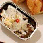 野菜スープ、缶ごとオイルサーディン、レトロドール。