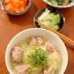 肉団子とキャベツの煮込み、小松菜とツナの和えもの。
