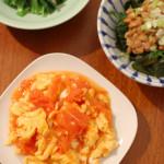 トマトと卵の炒めもの、ツナと韮のサラダ。