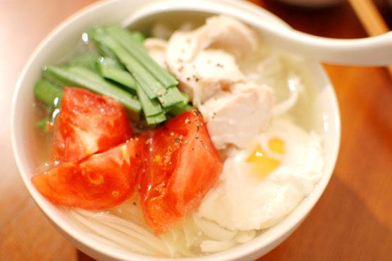 トマト、卵、野菜…具沢山 鶏出汁こんにゃく麺