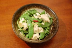 スナップエンドウと豆腐の塩炒め