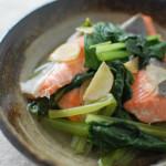 鮭と小松菜のフライパン酒蒸し