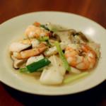 海鮮塩炒め、焼きなすと春雨のサラダで紹興酒。