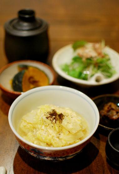 白菜と油揚げの卵とじ、ベビーリーフのサラダ献立。