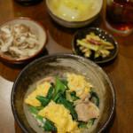 小松菜と豚肉の卵炒め、きのこのネギ塩和えで紹興酒。
