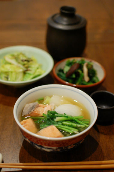 塩鮭と蕪の味噌煮込み、ちぢみほうれん草と椎茸のおひたし献立