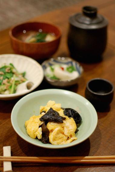 きくらげと卵のしょうゆ炒め、うるいとツナの和えもの献立。
