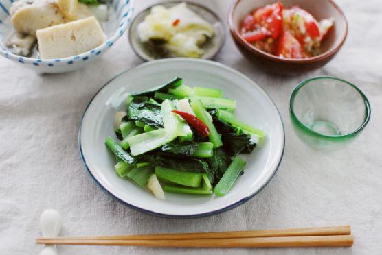青菜炒め、トマトのナムルで家飲み。
