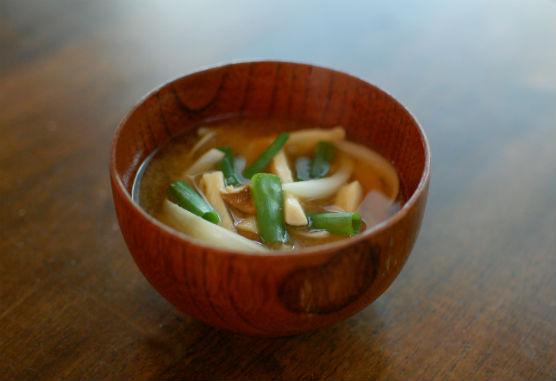 きのこと新玉ねぎの味噌汁