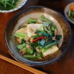 小松菜と豆腐の炒めもの、だし巻きしらすおろしで晩酌。