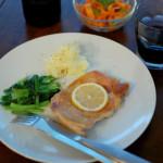 チキンソテー、にんじんとセロリのアーモンドサラダで赤ワイン。