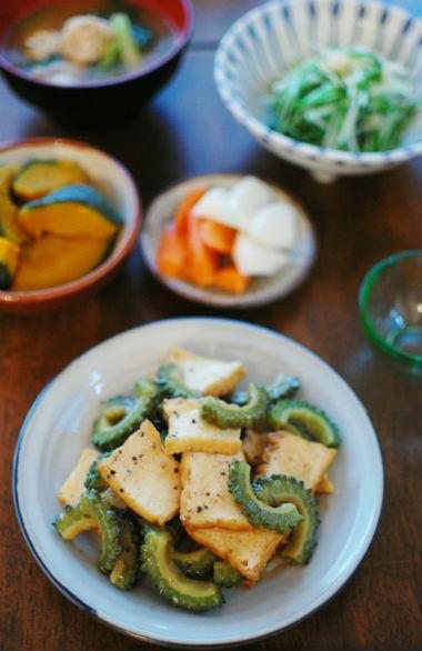 ゴーヤと油揚げの黒酢炒め、水菜と干しあみエビの煮浸し献立