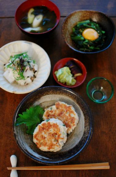 れんこんハンバーグ、小松菜の黄身和え献立。