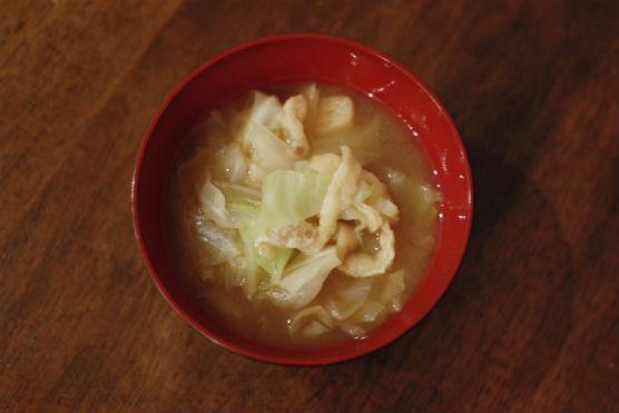キャベツと油揚げの味噌汁