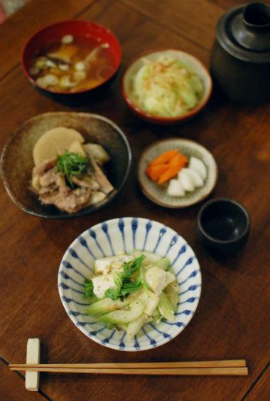 セロリと豆腐の炒めもの、キャベツのおかか和え献立。