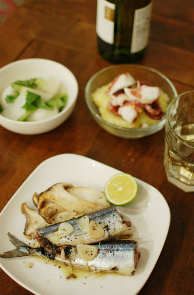 秋刀魚のハーブ蒸し焼き、タコのガリシア風で白ワイン