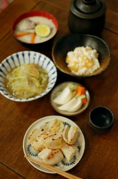 焼きれんこん、白菜のしょうが味噌煮込みで家飲み