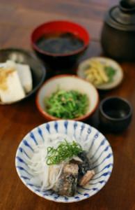鯖と新玉ねぎのサラダ、焼き海苔の味噌汁