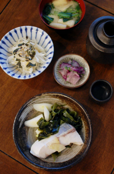 ぶりとわかめのしょうが蒸し、新玉ねぎの海苔サラダで晩酌