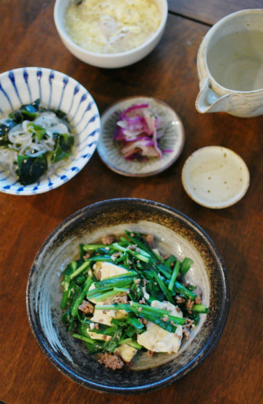 豆腐とニラの塩炒め、しらたきとわかめのサラダで晩酌