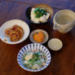 豚肉と水菜のはりはり煮、れんこんの黒酢炒め献立。