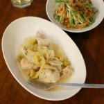 手羽元のレモン煮、水菜とにんじんのサラダで白ワイン。