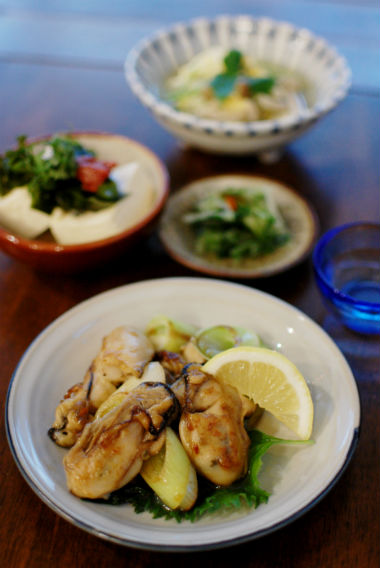 牡蠣とねぎのしょうゆ炒め、梅わかめ豆腐で家飲み